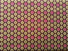 Tela motivo geometrico con flores en tonos rosas y verdes